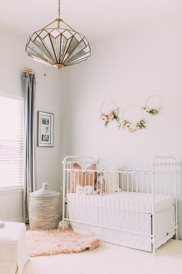 modelo arrojado de pendente para quarto de bebê Foto Mabel + Moxie