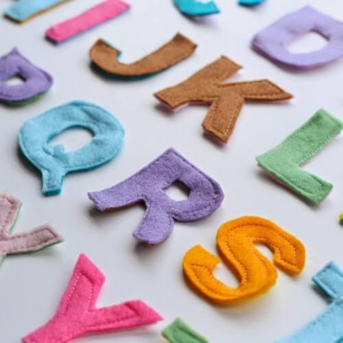 Moldes de letras de feltro para decorar a casa com cores