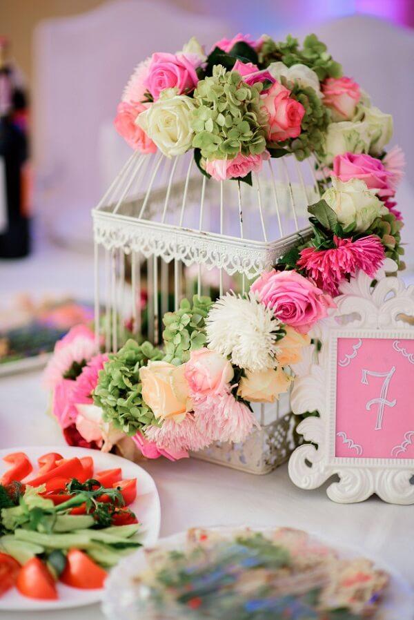 Gaiola decorada com flores naturais enfeitam o centro de mesa