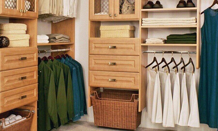 organização com cestos para closet de madeira