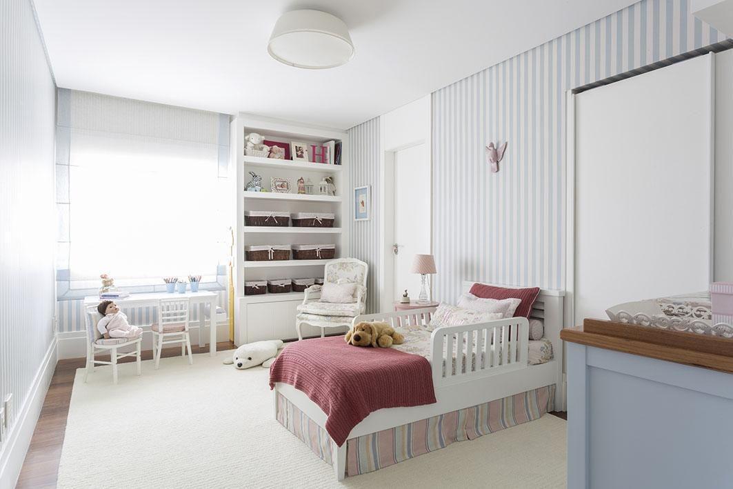 papel de parede listrado azul e marcenaria branca