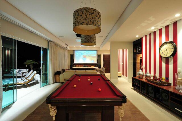 papel de parede listrado vermelho e branco em sala de estar