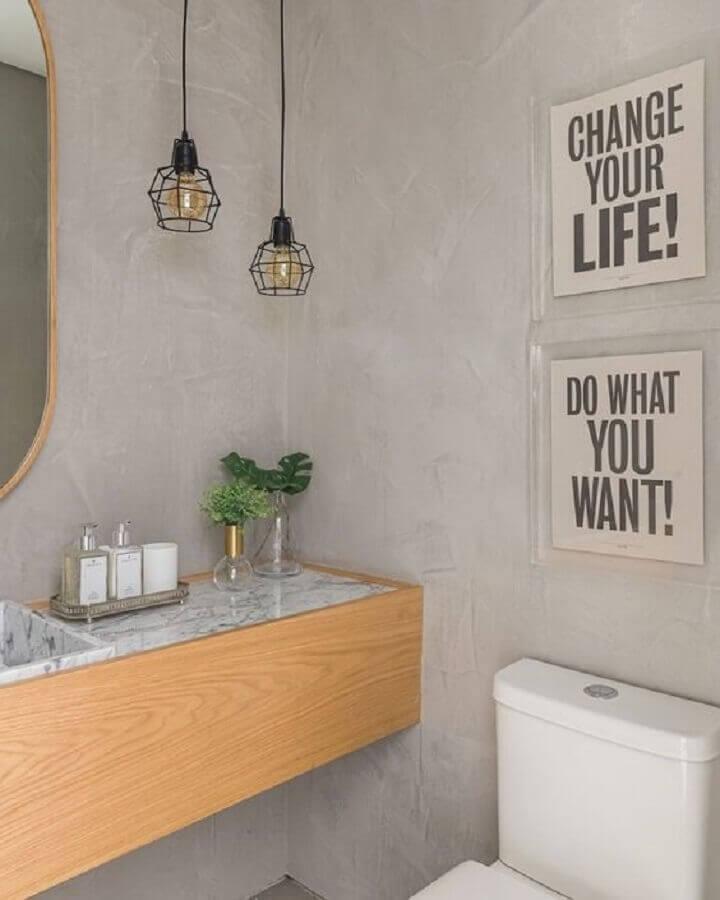 pendente aramado preto para decoração de banheiro cimento queimado  Foto Jeito de Casa