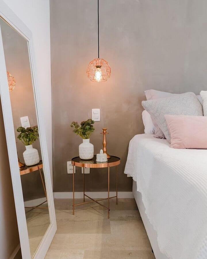 pendente aramado rose gold para quarto decorado com espelho de chão e parede de cimento queimado Foto Pinterest