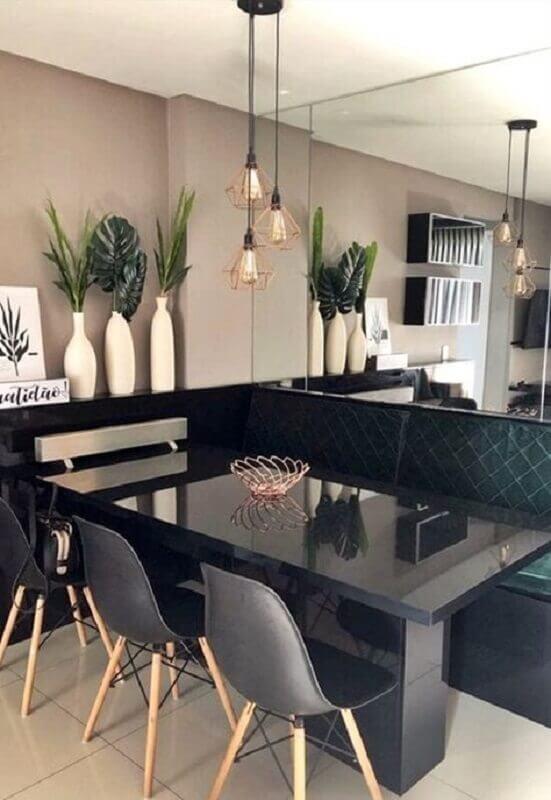 pendente aramado rose gold para sala de jantar preta decorada com parede espelhada  Foto Simples Decoração