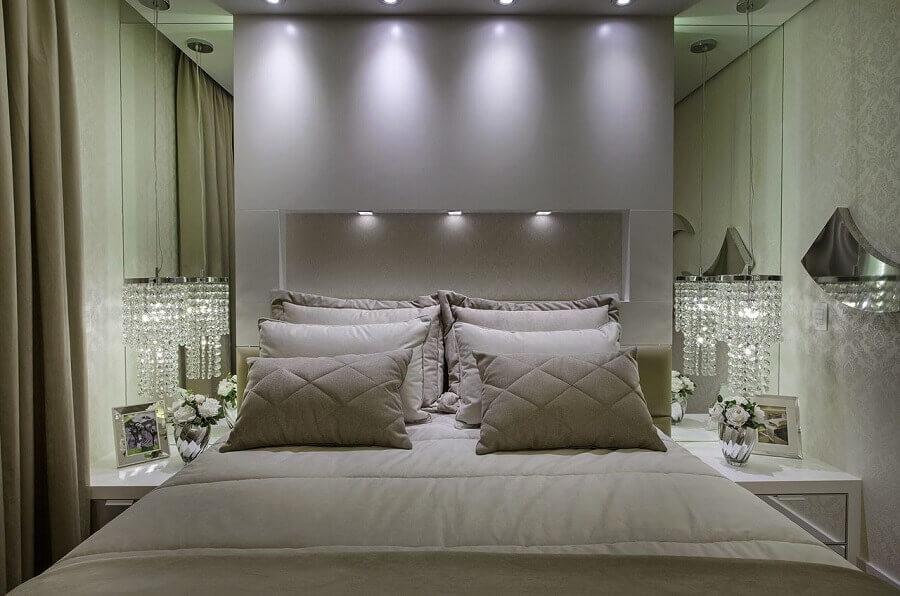 pendente de cristal para quarto de casal todo branco com parede espelhada Foto Iara Kilaris