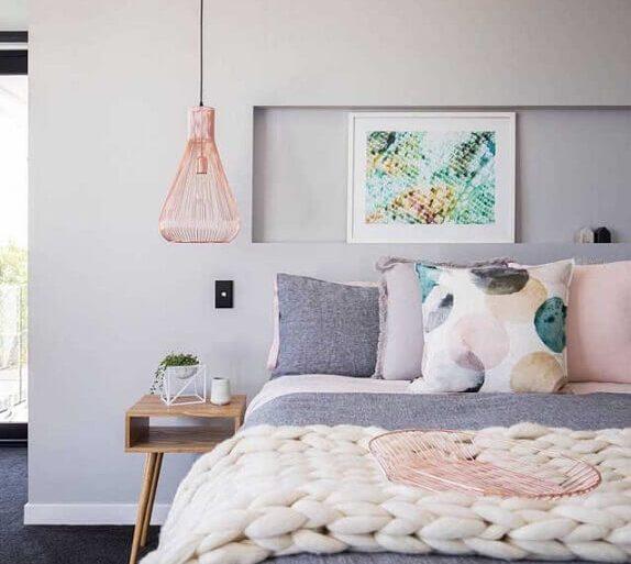 pendente para quarto com acabamento rose gold e decoração cinza Foto Pinterest