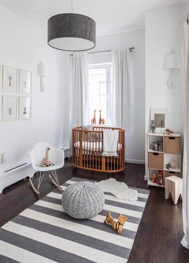 pendente para quarto de bebê cinza e branco com berço de madeira Foto Home BNC