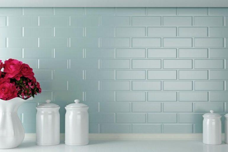O tom de azul claro é lindo para pintar a cozinha com tinta para azulejo - Por: Pinterest