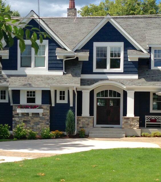 Faça pinturas de casas de madeira com a parede azul marinho e detalhes branco