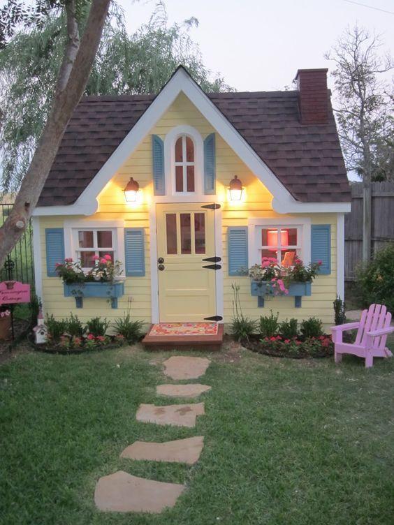 Pinturas de casas com janelas e canteiros azul