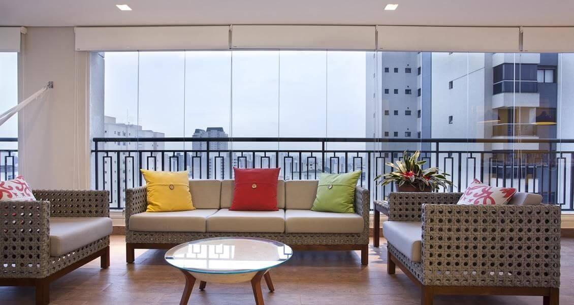 piso para varanda - varanda com almofadas coloridas