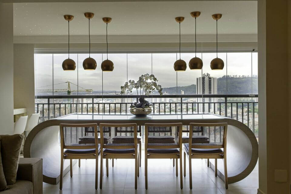 piso para varanda - varanda com mesa de madeira curva e pendentes