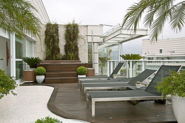 piso para varanda - varanda com pedra portuguesa e deck de madeira