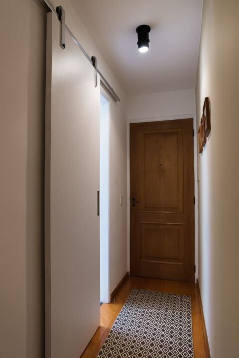 Porta de correr para banheiro com trilho aparente