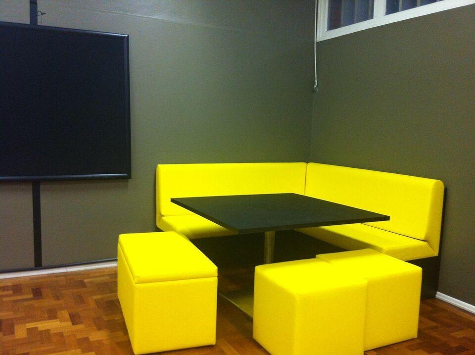 puff quadrado - espaço comercial com puff amarelo