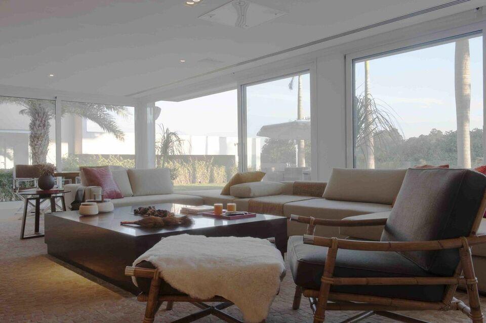 puff quadrado - sala de estar com cadeira de bambu e puff