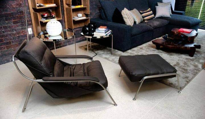 puff quadrado - sala de estar com poltrona marrom e puff