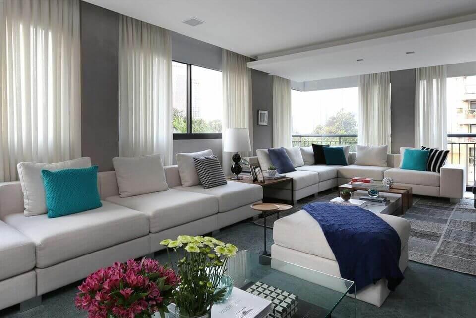 puff quadrado - sala de estar com puff branco e manta azul