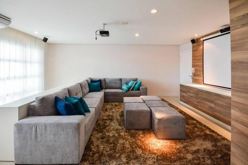 puff quadrado - sala de estar com sofá grande e puff cinza