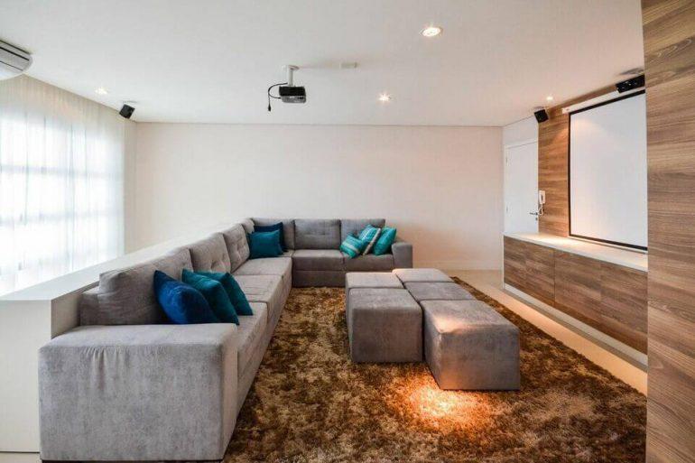puff quadrado - sala de estar com sofá grande e puff cinza - Bender Arquitetura