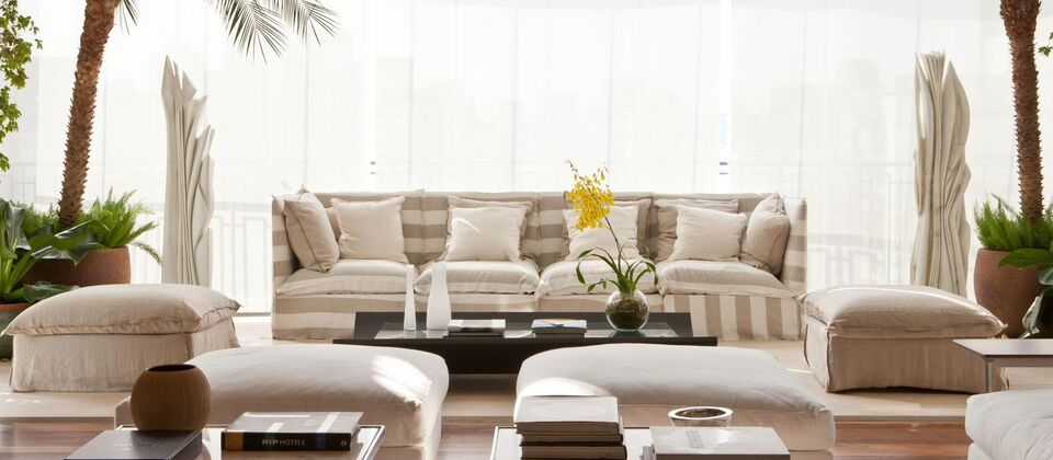 puff quadrado - varanda com sofá e puff