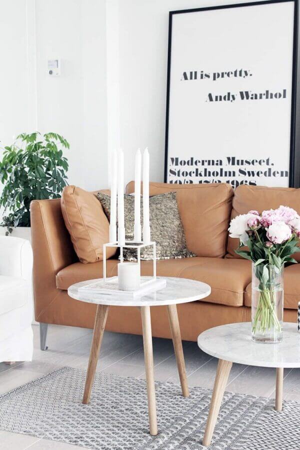 quadros decorativos com frases para sala com sofá de couro marrom Foto Casinha Colorida
