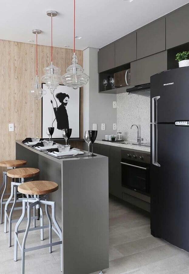 quadros decorativos para cozinha americana pequena com armários cinza e geladeira preta Foto Pinterest