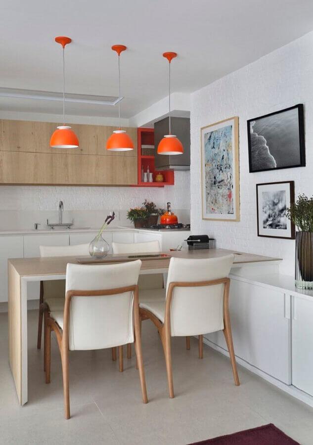 quadros decorativos para cozinha planejada branca com pendentes laranjas Foto Vai com Tudo