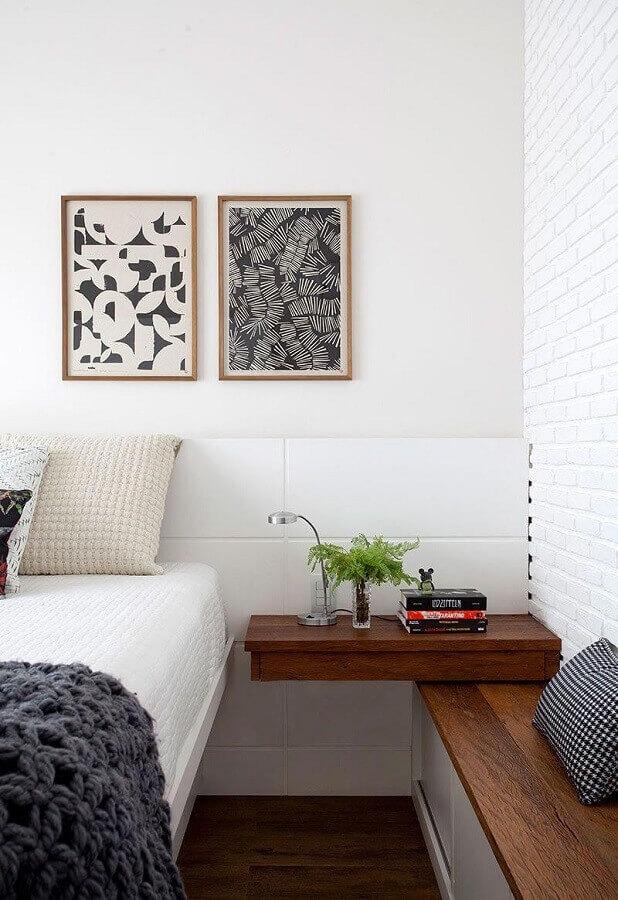 quadros decorativos para quarto com cabeceira branca e criado mudo suspenso de madeira Foto Casa da Valentina