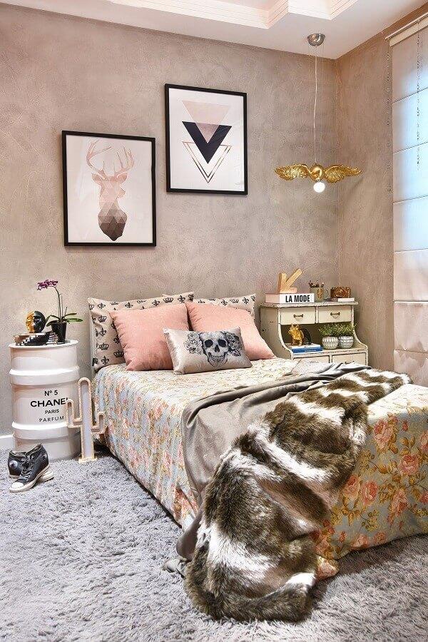 quadros decorativos para quarto feminino com parede de cimento queimado e tonel decorativo Foto Pinterest