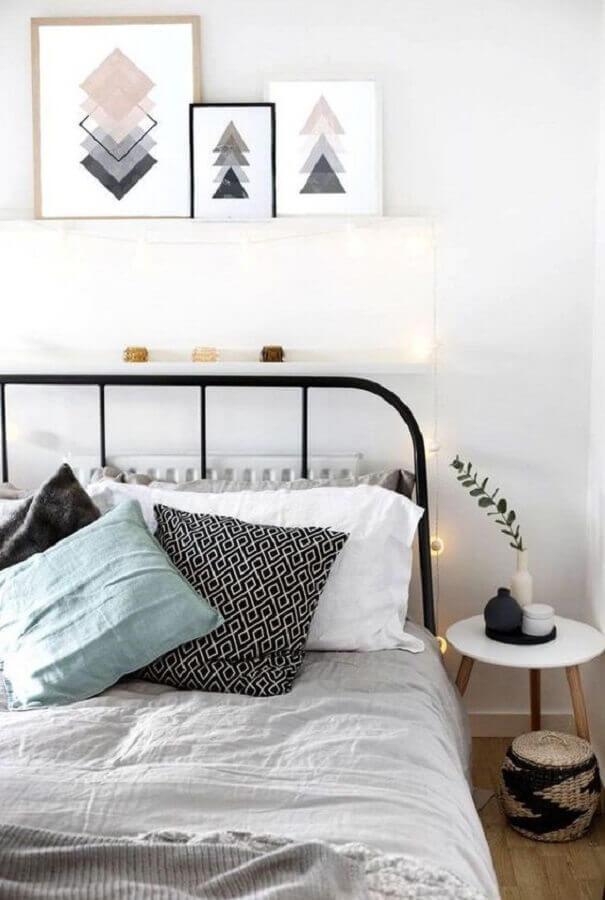 quadros decorativos para quarto simples com cama preta de ferro Foto House Design