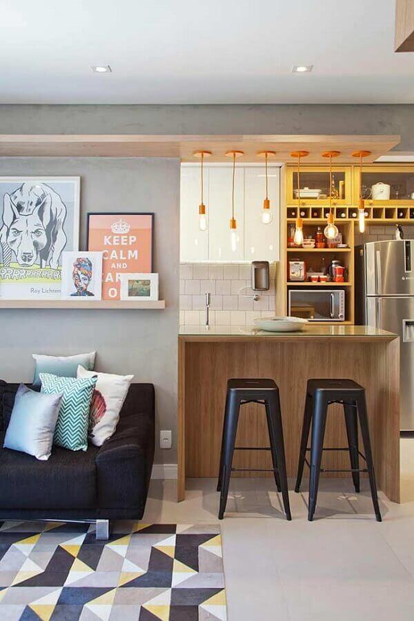 quadros decorativos para sala com sofá preto e tapete estampado Foto PKB Arquitetura