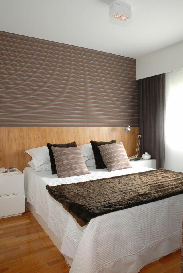 quarto com papel de parede listrado marrom