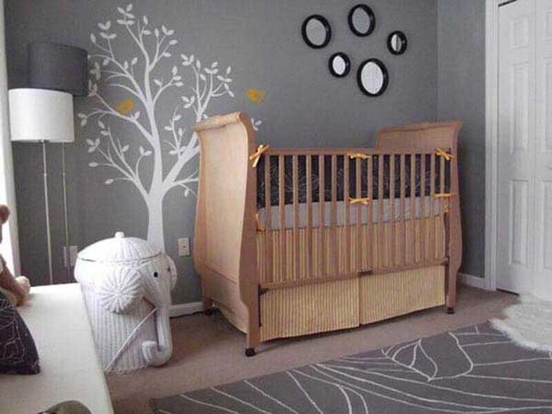 quarto de bebê decorado com berço de madeira e tapete cinza Foto Home Decor Ideas