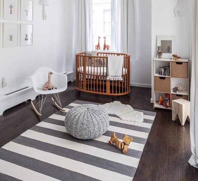 quarto de bebê decorado com tapete cinza e branco listrado Foto Elo7