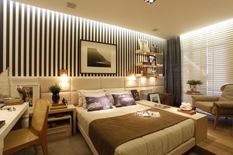 quarto de casal grande com papel de parede listrado