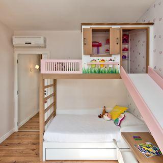 Quarto de menina com escorregador na cama casinha