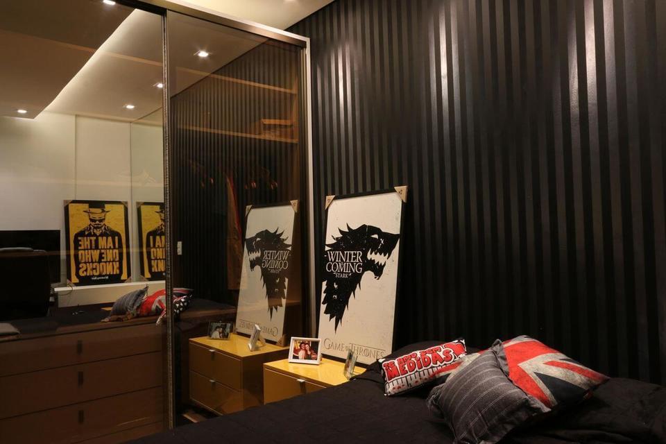 quarto de solteiro com papel de parede listrado escuro