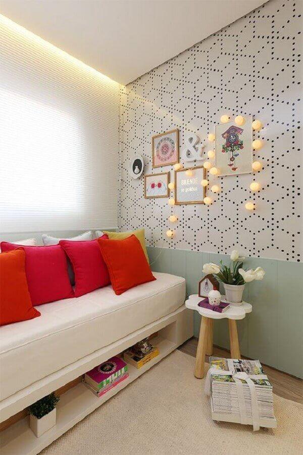 quarto decorado com papel de parede e sofá cama branco Foto Archzine