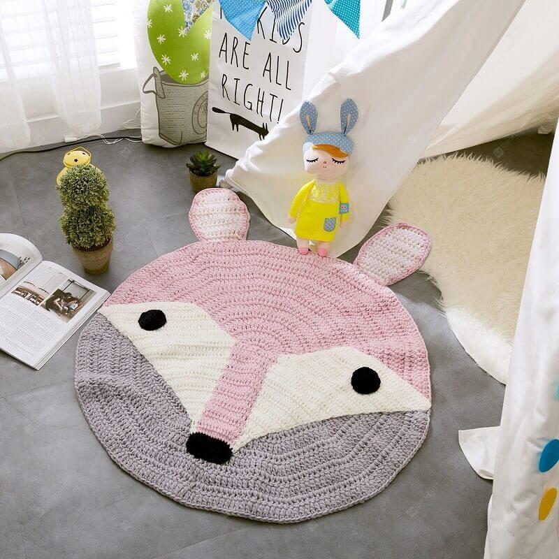 quarto infantil decorado com tapete rosa e cinza com carinha de raposa Foto AliExpress