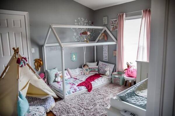 Quarto montessoriano cinza com cabaninha infantil