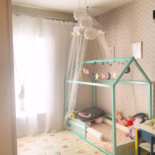 Quarto pequeno com cama montessoriana casinha