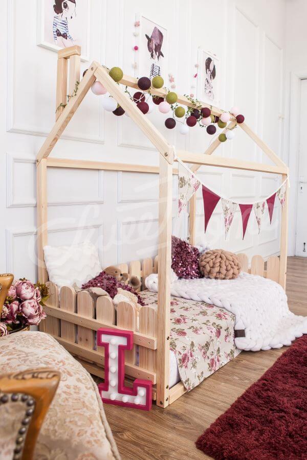 Quarto com detalhes em cor de rosa e cama casinha