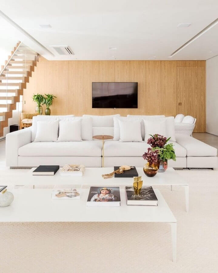 sala ampla decorada com sofá branco Foto Figueiredo Fischer Arquitetos