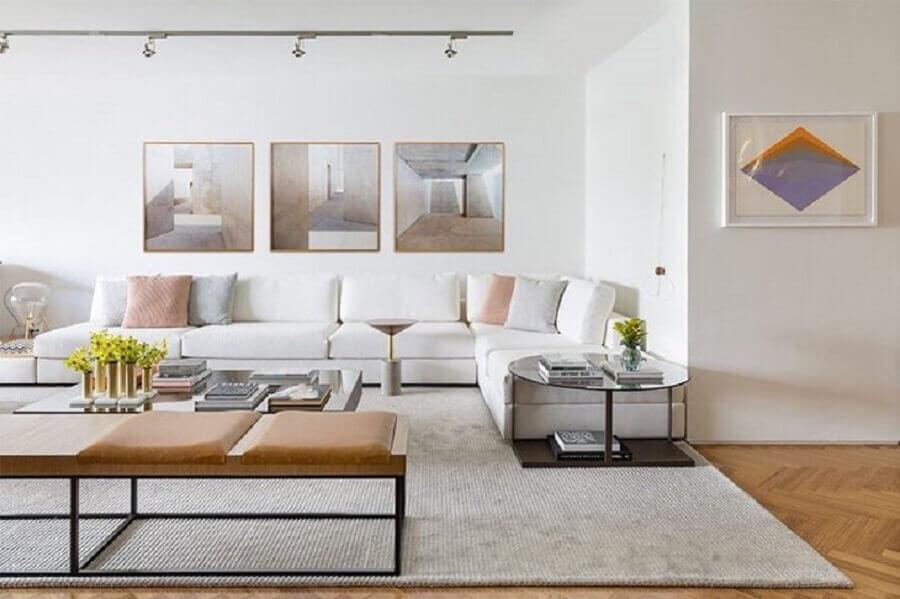 sala ampla decorada com sofá de canto branco e almofadas em tons pastéis Foto Triplex Arquitetura