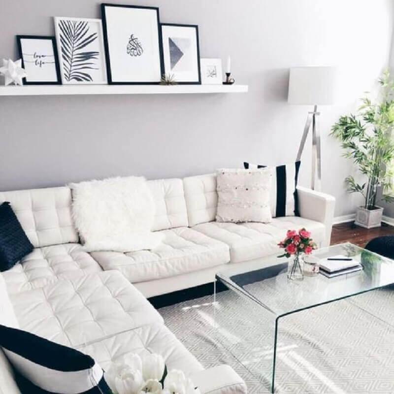 sala clean decorada com sofá branco de canto e mesa de centro de acrílico Foto Pinterest