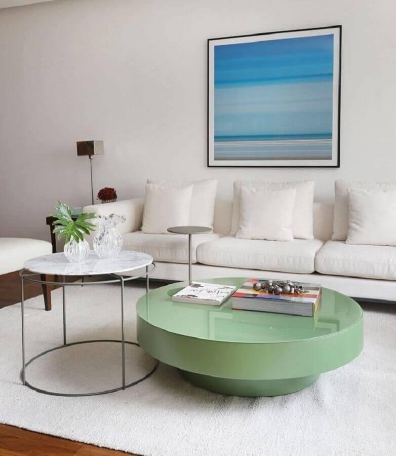 sala clean decorada com sofá branco e mesa de centro redonda verde Foto Studio Baarq