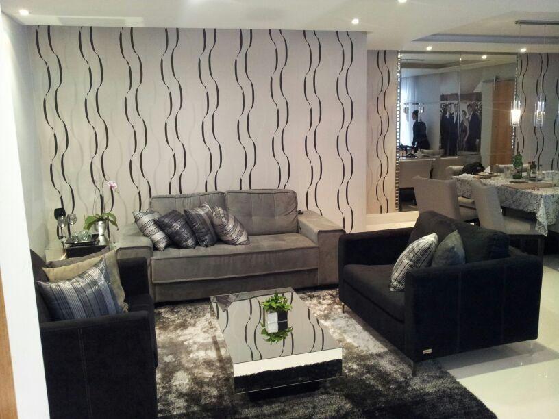 sala de estar com papel de parede listrado com curvas
