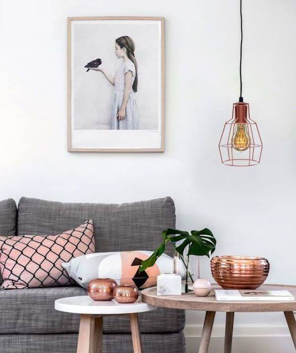 Sala de estar com pendente rosé gold na sala cinza e rosa